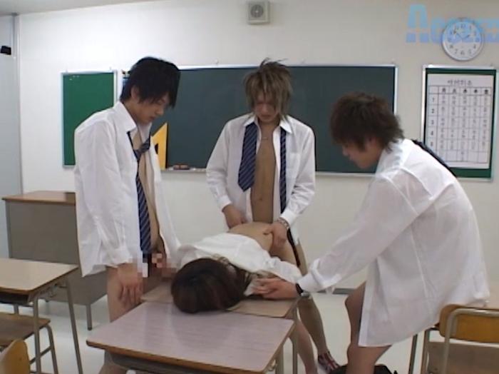 3人のイケメン学生が身体検査!?女教師と4Pエッチ!!27