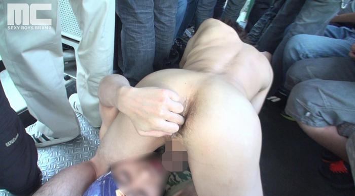 車内が満員の中、彼女連れのホスト系イケメンが痴漢に狙われる!56