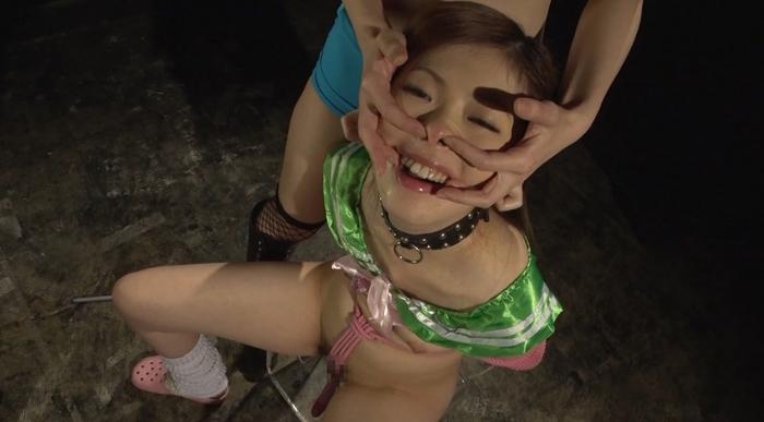素手顔面嬲りと三方向鼻フックによる羞恥責めに泣く女31