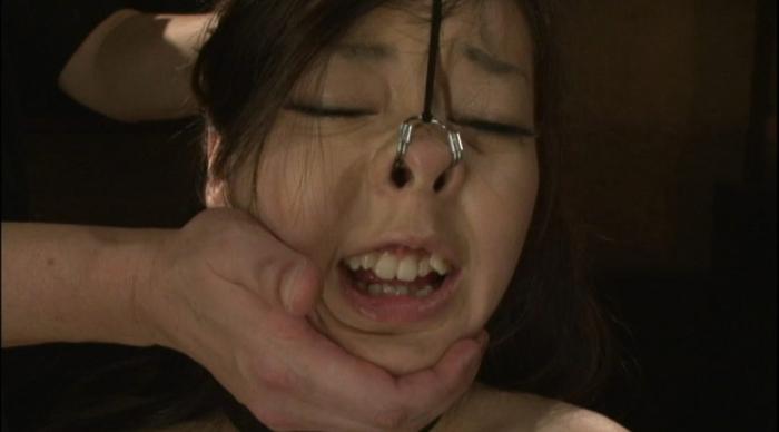 素手顔面嬲りと三方向鼻フックによる羞恥責めに泣く女29