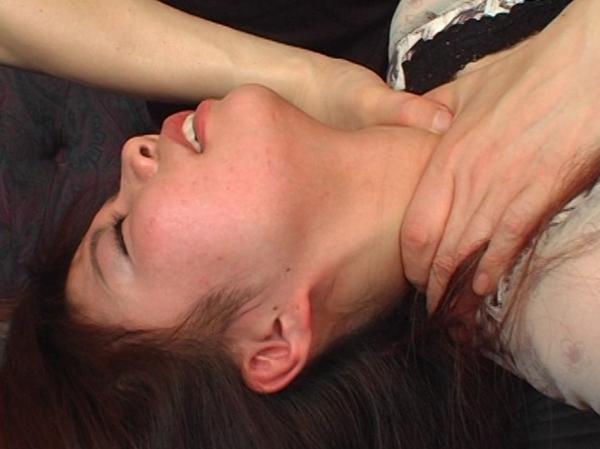 その首の奇麗な血管が蒼く浮き3